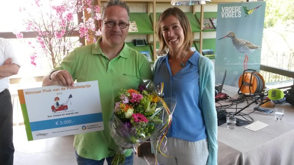Winnaar Pluk van de Petteflet Natuur en Milieuprijs Michel Lintermans (links) met de directeur van de Natuur en Milieufederatie Corinne de Jonge van Ellemeet (rechts)