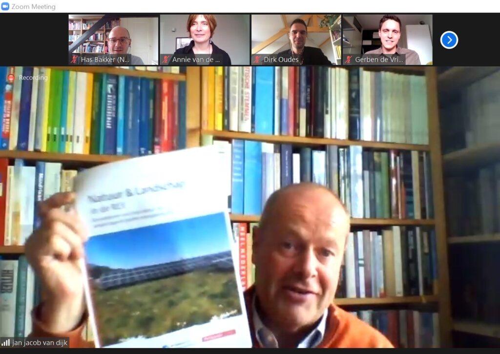 Jan Jacob van Dijk ontvangt publicatie Natuur en landschap in de RES